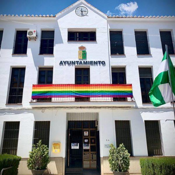 西班牙小鎮彩虹旗飛揚 議會不給掛居民自己掛!