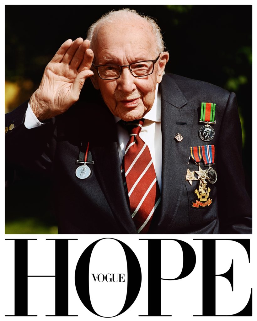英國版VOGUE雜誌邀請百歲老兵Tom在自家花園走動,象徵他為NHS(國民醫療慈善機構)籌得3200萬英鎊的善舉。(圖/Vogue提供)
